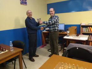Cejudo, subcampeón, recibe el trofeo de manos del Presidente de la FGA