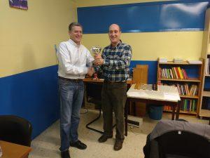 Burgaña recibiendo el trofeo de manos del Presidente de la FGA